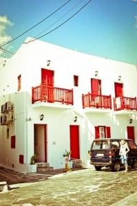 Los albergues en Mykonos pueden recordar a los B&B, si desayuno, o a pequeñas pensiones. Foto de shuhuui.